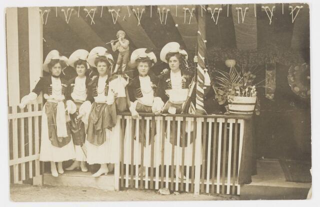 068222 - Muziekfeesten. Zomerkermis gehouden in 1904. O.a.Trees  de Rooy-Brokx, Marie Gimbrere, Mej. Verschuuren en Netty Brokx.