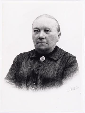 011928 - Johanna Catharina Wilhelmina van der Eijken echtgenote van Henricus Gijsbertus Poos geboren Blerik 24 februari 1862, overleden te Tilburg 19 september 1929.