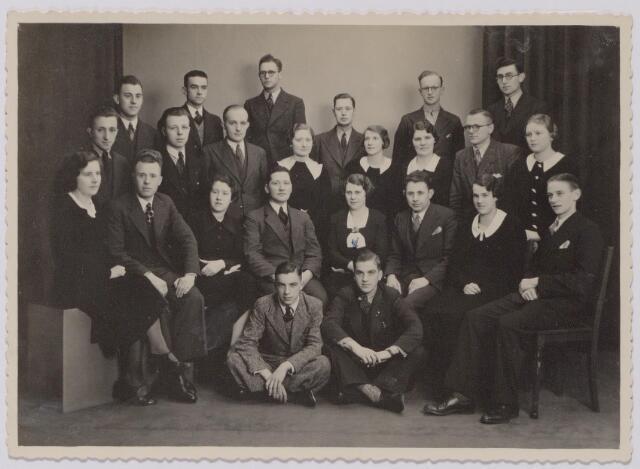 043728 - Personeel van de Tilburgse vestiging van warenhuis V. & D. Op de foto staan de dames Hulstbosch, Swinkels, Beuken, Verkuijlen, Van Rijswijk, Dikmans, Van Beek en Klaasen, en de heren, Schelling, Van Buchem, Vorstenbosch, Wouters, De Rooij, Bekman, Leuwes, Van de Sande, Kock, Vermeulen, Guiliam, Keulen, De Wijs, Van Hest, Bruins en Waijers.