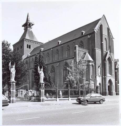 019588 - Goirkese kerk met kerkhof. Het godshuis werd gebouwd tussen 1835 en 1839 in neo-gotische stijl, naar een ontwerp van architect H. Essens uit Oirschot. Oorspronkelijk stond vooraan ook een torentje