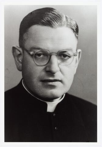 006442 - Karel C.L.M. de Beer, geboren te Tilburg 26 februari 1908, overleden te Tilburg op 4 juni 1965.  Priester gewijd 21 mei 1932, gepromoveerd tot doctor in de theologie te Rome. Hij werd begraven te Hilvarenbeek, waar hij pastoor was. Zijn begrafenis werd opgenomen in de film 'Ongewijde aarde' van Jef van der Heijden, hetgeen leidde tot verbod op vertoning van deze film.