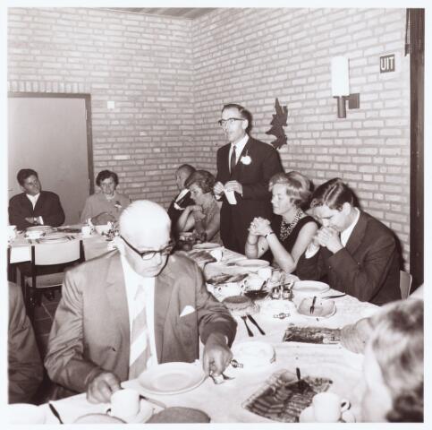 063235 - Op 2 september 1967 werd het cultureel centrum de Schalm aan de Eikenbosch 1 geopend. Koffietafel. De heer Cunnen houdt een toespraak