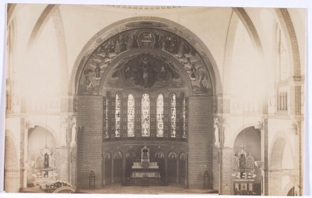 022356 - Hoofdaltaar van de kerk H. Antonius van Padua in de Hoefstraat. In januari 1913 werd de kerk ingewijd. Eerste pastoor was J. A. van Iersel, voorheen kapelaan van de parochie Heuvel. Deze bouwpastoor overleed in 1937 en werd opgevolgd door A. W. Smits