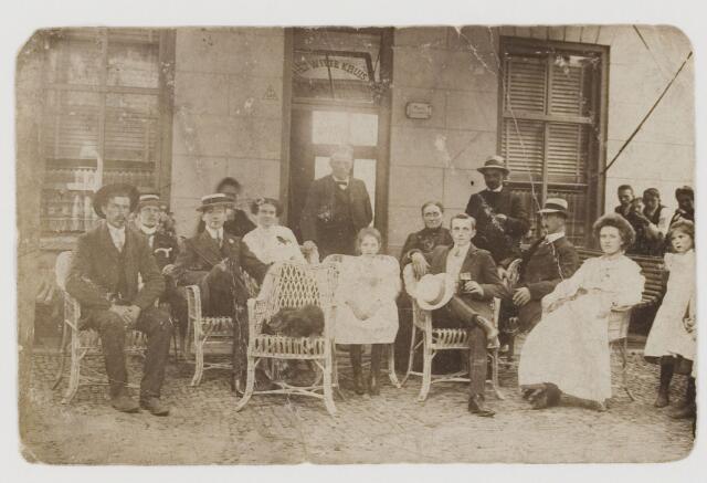 """077262 - Een groep mensen op het terras voor cafe """"Het Witte Kruis"""", momemteel """"De Dorpsherberg"""" aan de Dorpstraat."""