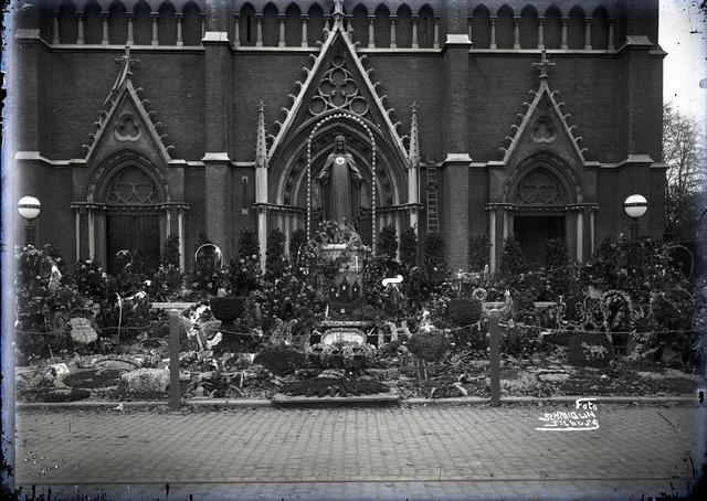 653820 - Religie. Onthulling van het Heilig Hartbeeld voor de Heuvelse kerk. De bevolking bracht het geld voor het gouden hart bij elkaar.