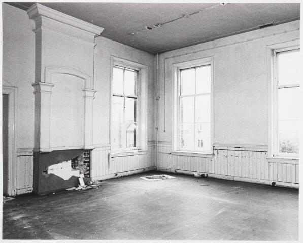025381 - Interieur van het St. Josephgasthuis aan de Lange Nieuwstraat tijdens de sloop in 1977