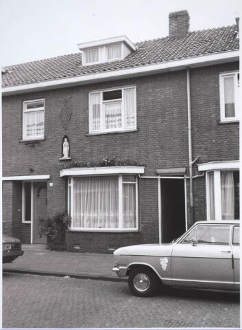 030685 - WO2 ; WOII ; Le Sage ten Broekstraat nr 9. Het Mariabeeld is door de bewoners van de straat na de tweede oorlog geplaatst, uit dankbaarheid voor het niet ontploffen van een bom uit een Duitse bommenwerper. Het beeld bevindt zich niet meer in de nis.