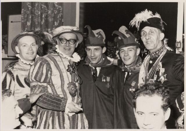 101335 - Carnaval 1966. Afscheid van Prins Mienus I (= Gerard van de Griend) van de Smulnarren. V.l.n.r. Prins Mienus I (Gerard van de Griend ),  Kees Verkerk, Willy P. Guttormson en Leo Wellens.