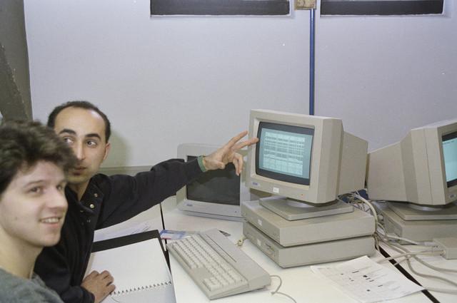 TLB023000027_001 - Kunstonderwijs. Les in CAD op een van de eerste Atari PC's.