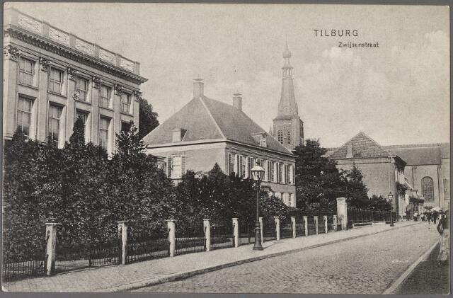 010919 - Bisschop Zwijsenstraat met links klooster van de zusters van O.L.V. Visitatie en de pastorie van de parochie Heike.