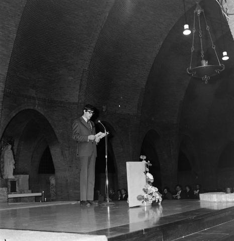 1237_006_247-2_006 - Religie. Kerk. Geloof. Katholiek. Heilige mis.  Wijding tot diaken van Pater J. Wijnen in november 1972. In de Sint Theresiakerk.