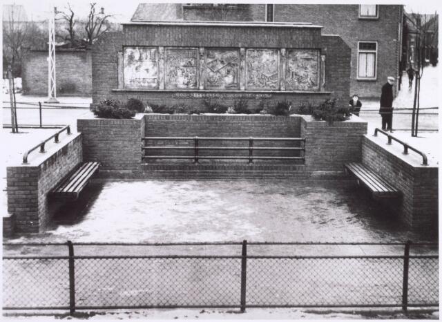 022363 - Openbare bank op het plein voor de Hoefstraatse kerk, aangeboden door steenfabrikant Claesen in 1935. Claesen was in die tijd ook lid van de gemeenteraad