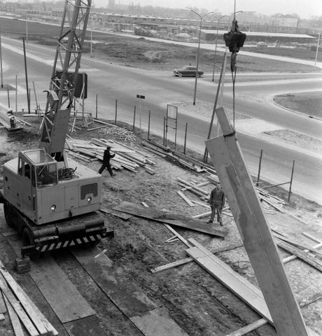 1237_013_050_001 - Bouwplaats. Bouw Stadhuis Tilburg 1963. Het stellen van de muren