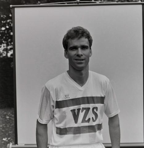 1237_011_818_009 - Sport. Voetbal. Portret van een speler van Willem II in september 1984. Met shirt van sponsor VZS.