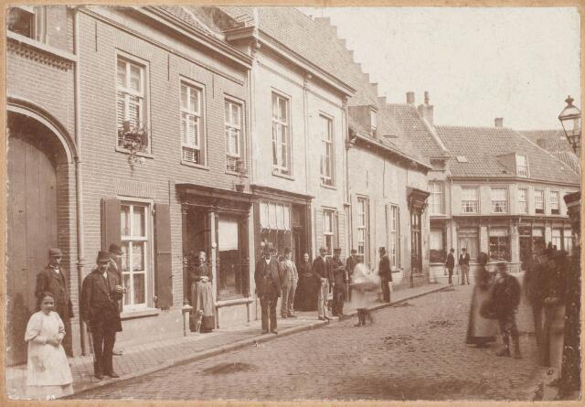 021842 - Begin van de Zomerstraat nabij de splitsing met de Nieuwlandstraat. In het begin van de 17e eeuw woonden er in deze straat veel notabelen. Het hoekpand met trapgevel is het uit 1624 daterende pand van bakkerij De Oude Ster, dat in 1914 werd afgebroken.