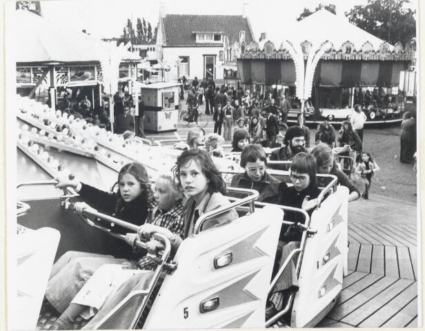 90771 - Made Drimmelen. Najaarskermis op het Raadhuisplein eind september 1975