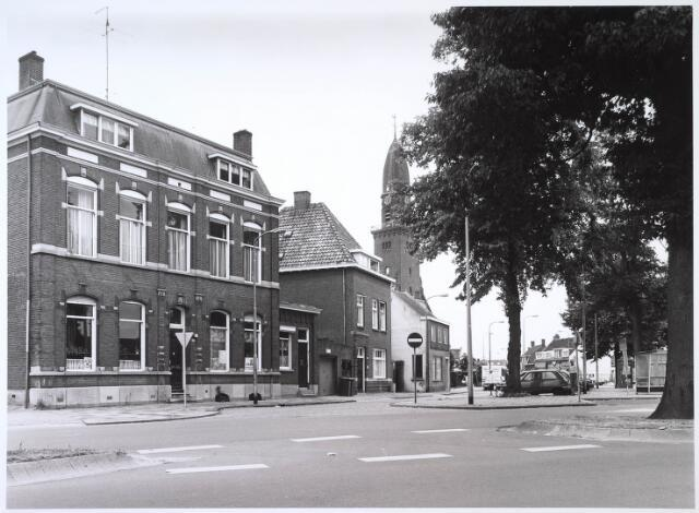 024615 - Zuidzijde van het Korvelplein. Links de voormalige woning van textielfabrikant Diepen - Berghegge en de parochiekerk van Korvel
