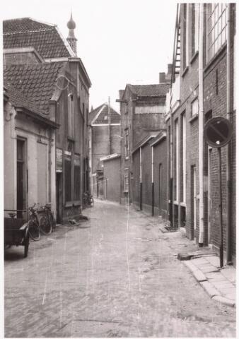 032402 - Panden aan het voormalige Kerkpad zijn gesloopt. Hier ligt nu het parkeerterrein aan het Stadhuisplein.