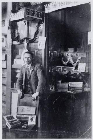103909 - Tentoonstelling. Expositie van jonge bedrijven op het Piusplein. Rechts rechts Norbertus (Norbert) Franciscus Henricus van Hoof (1907-1999).