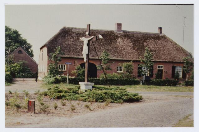 """062771 - Landbouw. Boerderij aan de Heuvelstraat 10; met het kruisbeeld in bocht van """"t Heuveltje"""