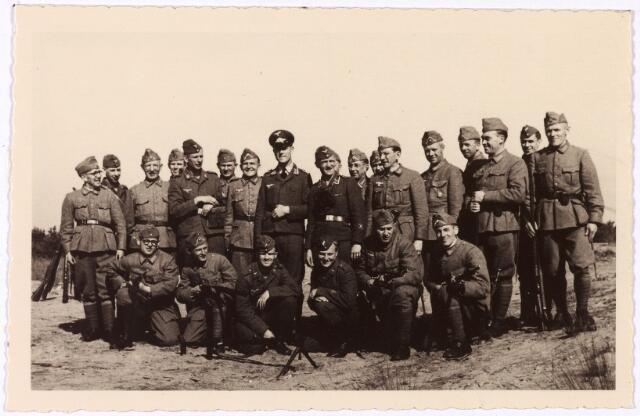 013570 - WO2 ; WOII ; Tweede Wereldoorlog. Rijksduitsers. Groep Rijksduitse militairen tijdens een veldoefening. In hun hart voelen ze zich Nederlander, maar ze hadden geen keus. Na de bevrijding werden ze door de meesten als verraders aangemerkt