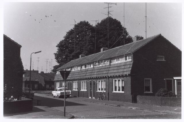 017994 - Eekhofstraat bezien vanaf de Ringbaan-Oost. Op de achtergrond het Schotelplein