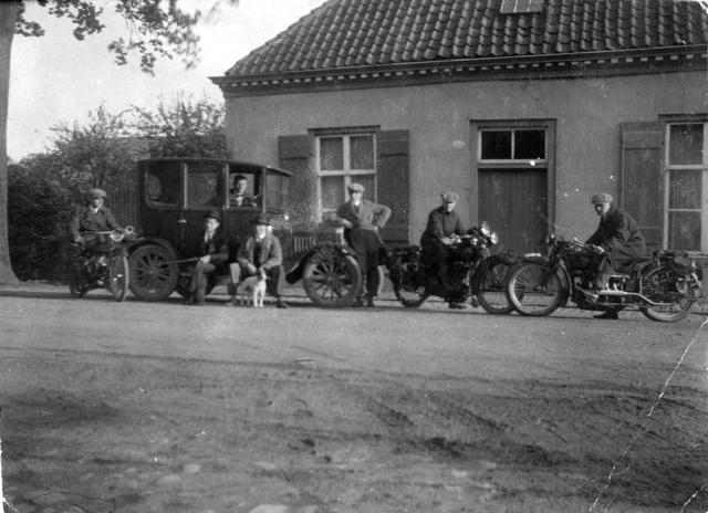 1709_0019 - Familie Franken-Donders. Mannen op brommers en in een auto voor een woning. Hond.