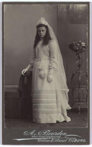 004132 - Jeanne Constance Berthe Sophie Marie (Jeanne/Zus) van DOOREN, geb. 30-09-1891 te Tilburg, aldaar overl. 17-06-1977. Enige dochter van wollenstoffenfabrikant François van Dooren (1860-1950) en Sophie Koppel (1867-1945). Zij bleef ongehuwd. De foto is waarschijnlijk gemaakt t.g.v. haar Eerste H. Communie, die tot 1910 plaats had op de leeftijd van 12 à 13 jaar.