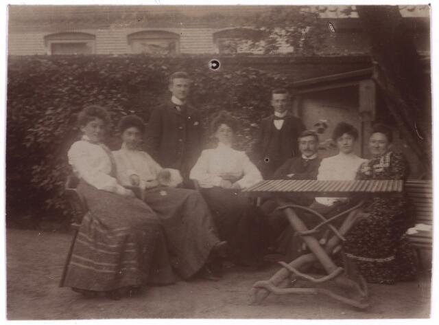 003757 - In de tuin van het woonhuis van de familie Brands-Jansen, Heuvelstraat, werd in de zomer van 1903 deze foto gemaakt, waarop van rechts naar links te zien zijn: Cornelia Brands-Jansen (1854-1917), echtgenote van fabrikant Norbertus W.W. (Bart) Brands, Marie van Vlijmen met naast haar zittend haar latere echtgenoot Joseph Brands, Henri (of Harry) Brands, Jo Brands, Louis Brands, Jo van Vlijmen en Cis Brands.