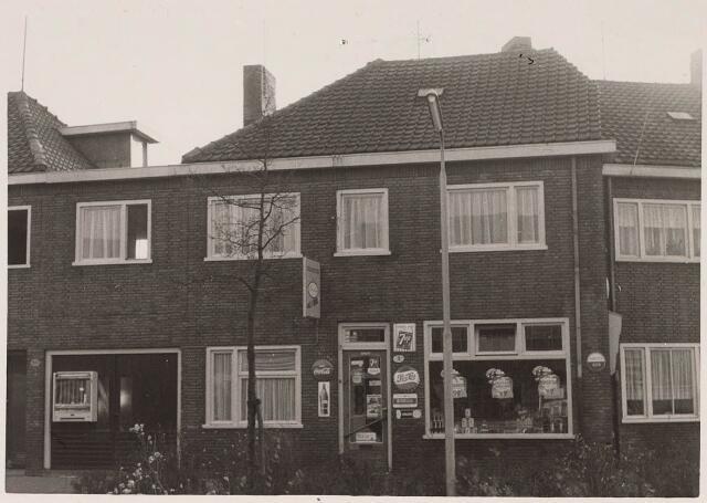 023528 - Groentenwinkel van mevrouw Van den Brink in de Enschotsestraat, thans Kapitein Nemostraat