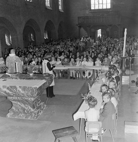1237_012_983-4_005 - Religie. Kerk. Communicanten. De eerste Heilige Communie in de Maria Boodschap kerk in Goirle in mei 1971.