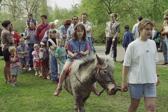 TLB023000559_004 - Viering koninginnedag in het Leijpark, ponyrijden.