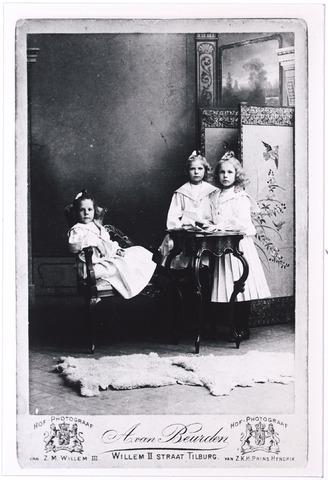 004919 - Dochters van wijnhandelaar P.J. Knegtel en H.M.L. Latour. V.l.n.r. Marie (1898-1960), Cato (1897-1967) en Lies (1896-1976). (reproductie; origineel niet in collectie aanwezig)