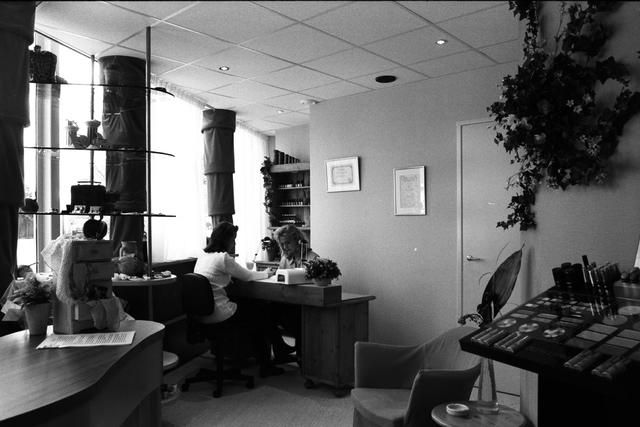 1237_010_757_017 - Ondernemers. Verzorging. Het interieur van Beautysalon Galani aan de Willem de Rijstraat in 1997. De eigenaresse verzorgt een manicure bij een dame.