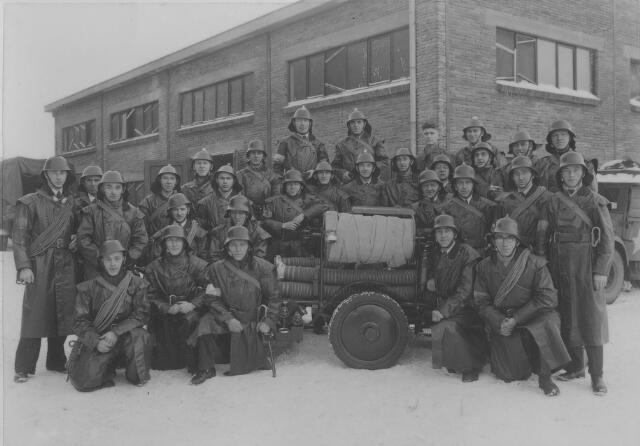 064162 - Volt Zuid. Bedrijfsbrandweer met motorspuit voor gebouw S. Commandant J. Vermeulen staat op de achterste rij 4e van rechts. Voltstraat heette toen Nieuwe Goirleseweg.