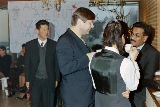 1237_001_018_035 - Gasten tijdens een feestelijke receptie bij de Diensten Centrale aan de Havendijk in december 1998. Medewerker Toon van Bueren gaat met de VUT en is benoemd tot ere-lid voor zijn vele jaren als bestuurslid van de personeelsvereniging van de Diensten-centrale.