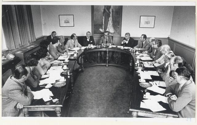 90697 - Made en Drimmelen. Het gemeentebestuur van Made in vergadering met de Commissaris van de Koningin Van der Harten over de opvolging van de overleden burgemeester Cees (C.W.) Smits. De heer Smits was burgemeester van Made van 1965 tot en met 1975 en was lid van de KVP.