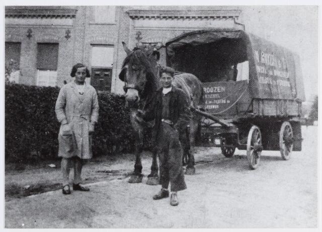 057089 - De voermanswagen van Marinus Roozen met zijn kinderen Mina en Kees. Hij verzorgde het vrachtvervoer tussen Moergestel, Tilburg en oisterwijk.