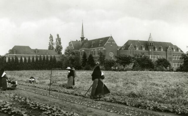 071663 - Gastenkwartier, kerk en westgevel van abdij O.L.V. van Koningsoord te Berkel-Enschot. Op de voorgrond trappistinnen werkend in de tuin van de abdij.