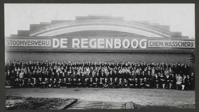 071831 - Het personeel van de stoomververij en chemische wasserij De Regenboog, gefotografeerd ter gelegenheid van het 40 jarig bestaan in 1930.