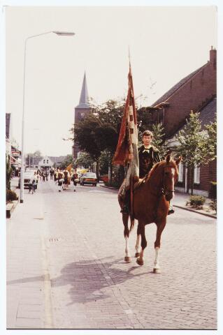 063545 - Met de Berkelse kermis In juni 1983 vond door de St. Hubertus Gilde het koningschieten plaats te beginnen met het vieren van een H. Mis. Vervolgens een optocht door de straten van Berkel, daarna schieten en tenslotte de koning presenteren
