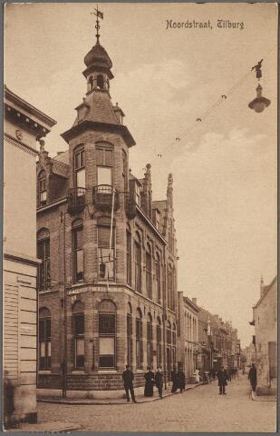 010682 - Links de Korte Schijfstraat, rechts de Noordstraat, op de hoek het gebouw van de Vereeniging Tilburgsche Spaarbank uit 1910 (huisnummers Noordstraat 123/125). De gevel geheel links is het eerste huis aan de Nieuwlandstraat. Boven de straat electrische straatverlichting.