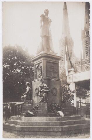 053299 - Koninklijke Bezoeken. Onthulling van het standbeeld van Willem II in aanwezigheid van koningin Wilhelmina.