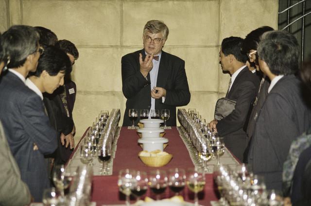 """TLB023000283_003 - Foto gemaakt ter gelegenheid van de Japan Expo. Een delegatie brengt hier een bezoek aan """"Maison du Vin"""", het Wijnmuseum van WIjnkoperij / Wijnhandel Jean Arnaud. Eigenaar Joop van de Kant begeleid een wijproeverij."""