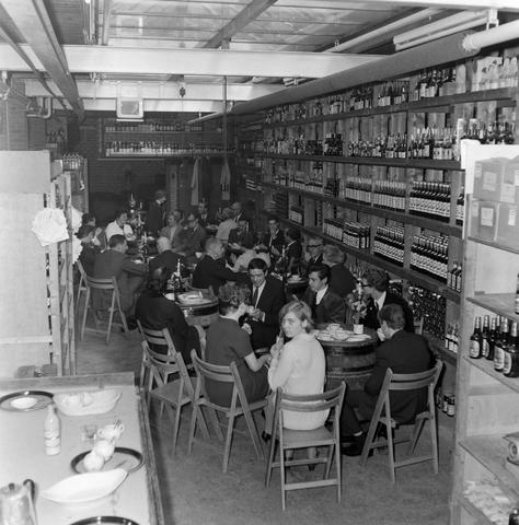 1237_012_1019_003 - Wijn . Wijnhandel. Opening Wijnhandel van Bilsen 1967. Inwijden.In drinken.