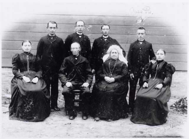 046128 - Te Goirle trouwden op 13 september 1858 landbouwer Peter Schellekens, zoon van Hendrik Schellekens en Johanna Maria Vromans, met Maria Anna Vermeer, dochter van Jan Baptist Vermeer en Johanna Priems. Ruim veertig jaar later werd deze foto gemaakt met hun kinderen. Zittend v.l.n.r. Anna Maria Schellekens (trouwde met Sjef van Roessel), Peer Schellekens,  Mie Vermeer en Jans Schellekens (trouwde Drik van Hoof). Staande v.l.n.r. de zonen Willem, Janus, Toon en Christ Schellekens. Twee zonen, Jan en Drik, ontbreken op deze foto. Christ trouwde met Lien van Vught. De andere zonen bleven allen ongehuwd.