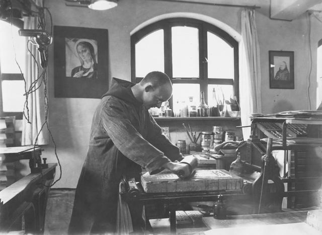 105247 - Monnikenleven Broeder Joannes Maria aan het werk in de drukkerij van de Sint Paulusabdij in Oosterhout. Kloosters