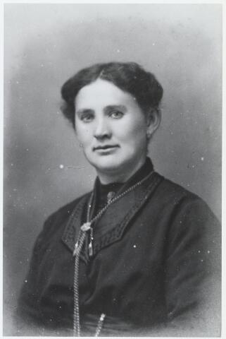 056019 - Cato Timmermans-Schellekens te Esbeek bij haar huwelijk op 10-2-1925