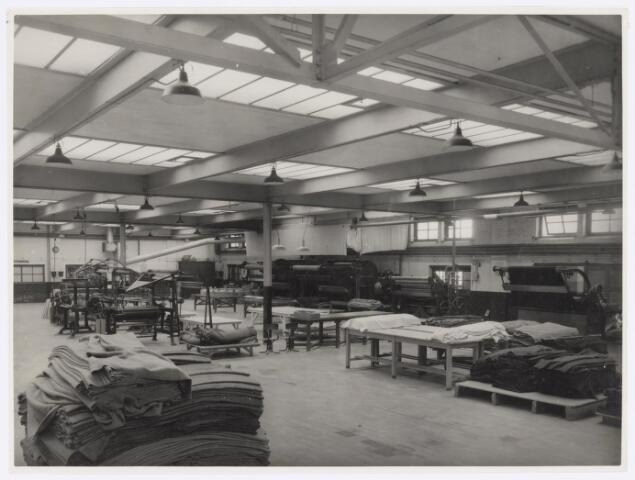 037734 - Textielindustrie. Gedeelte van de droogappretuur van H. F. C. Enneking. Links op de achtergrond een tweetal decatiseermachines