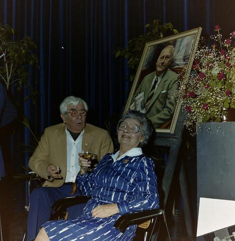 1237_011_821-2_006 - Media. Pers. Feest van de Tilburgse Koerier. Op de achtergrond een portret van Jos de Beer, oprichter van De Koerier.